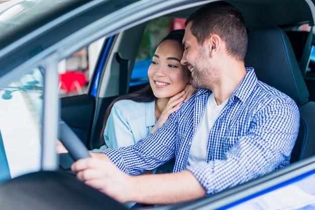 Счастливая пара в автосалоне
