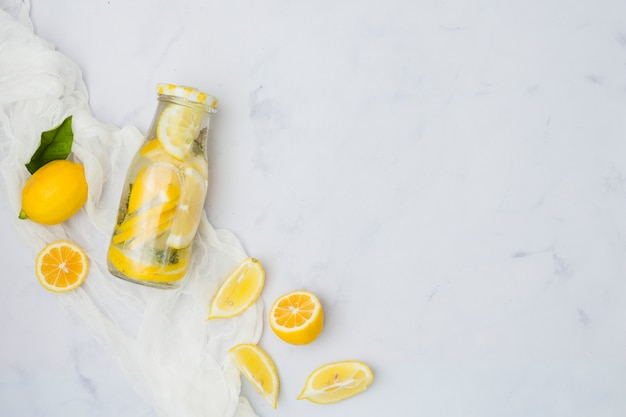 Вид сверху бутылка лимонада с лимонами