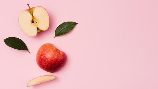 Вид сверху яблоки с листьями