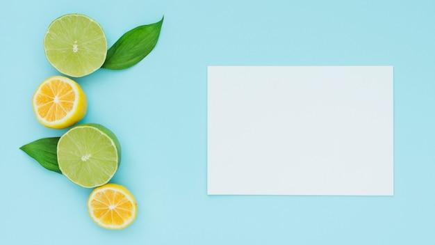 Вид сверху лимоны с бумагой