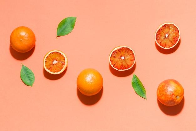 Вид сверху апельсины с листьями