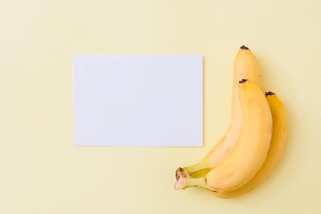 Вид сверху бананы с бумагой