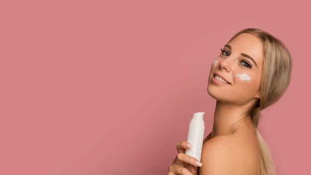 美しい女性と肌ケアのコンセプト