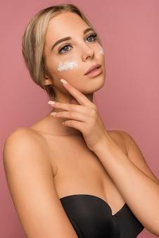 Концепция ухода за кожей с красивой женщиной