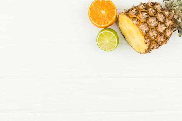 新鮮なトロピカルフルーツのスライス