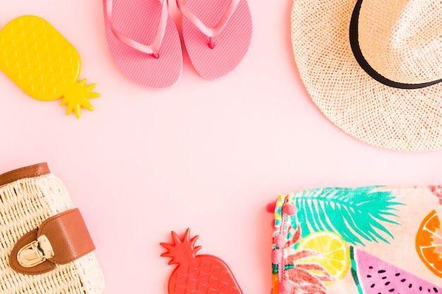ピンクの背景に夏の組成