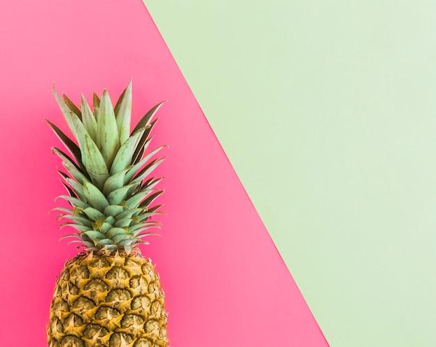 Вид сверху тропический спелый ананас