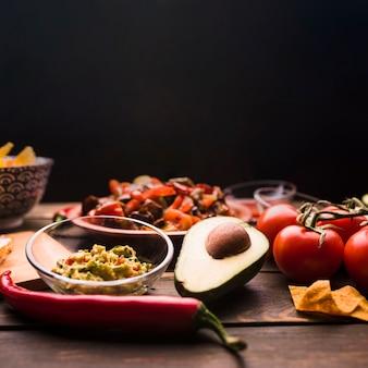 Вкусная еда среди овощей и салата на столе