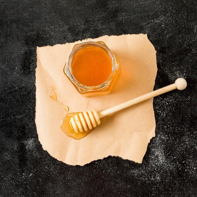 スプーンでトップビュー蜂蜜瓶
