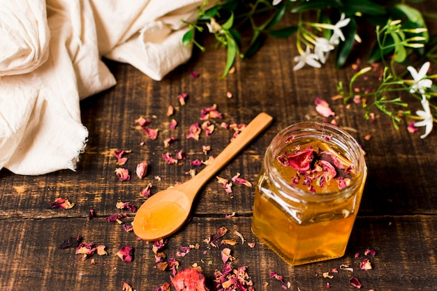 花びらと蜂蜜の瓶