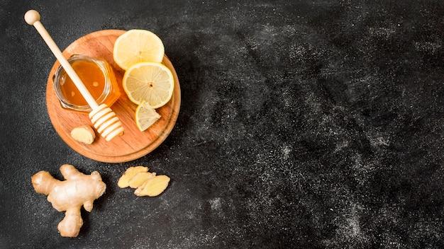 Вид сверху банку меда с имбирем и лимоном