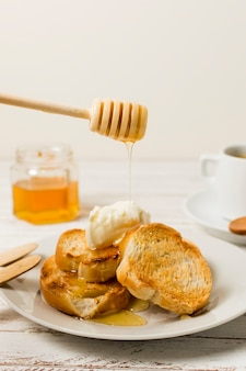 蜂蜜がパンに落ちる