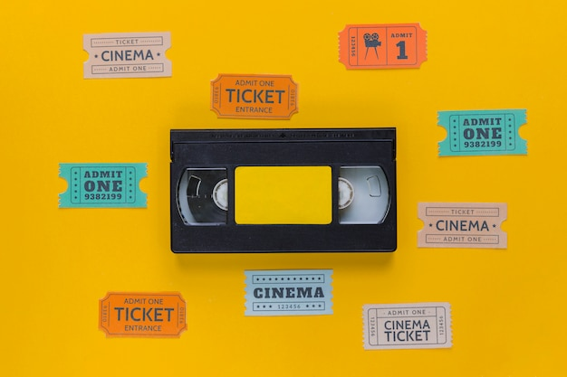 映画のチケットが付いているビデオテープ