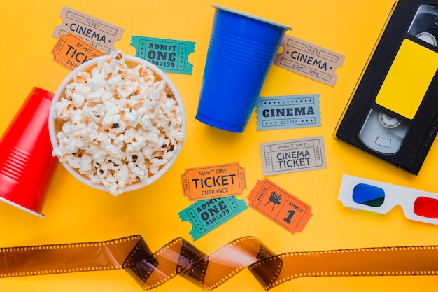 セルロイドと映画のチケットが付いているビデオテープ