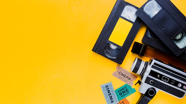 ビンテージビデオカメラと映画のチケットが付いているビデオテープ