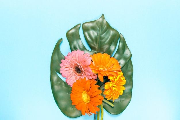 花とモンステラの葉