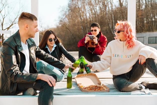 ピクニックに友達の写真を作る男