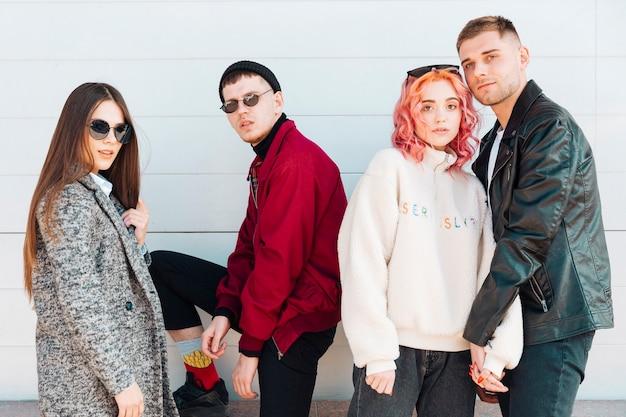 Подростки позируют в модной весенней одежде