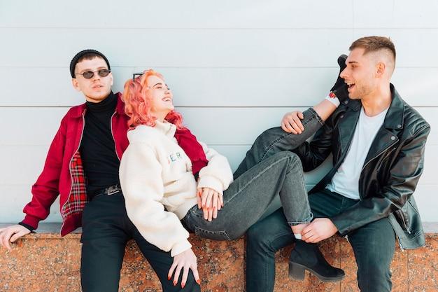 座っていると傾いている笑顔の女性をサポートする若い男性