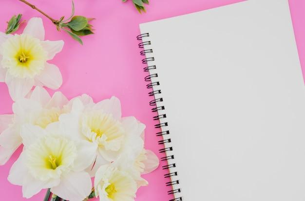 ノートブックと花