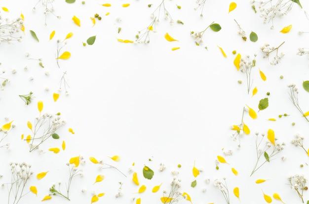 Декоративная рамка из цветов