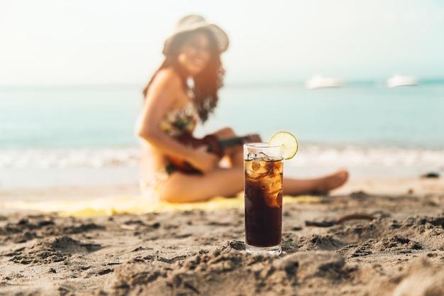 ビーチで冷たい飲み物