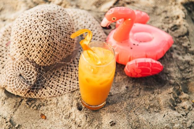 オレンジ色の砂の上のカクテル