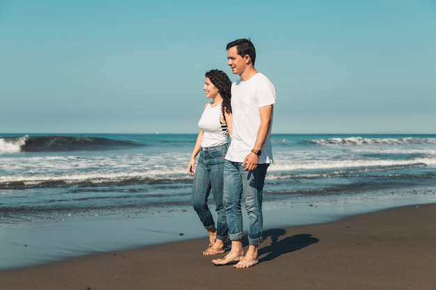 海岸で美しいロマンチックなカップル