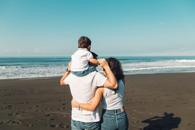 海の景色を楽しみながら家族