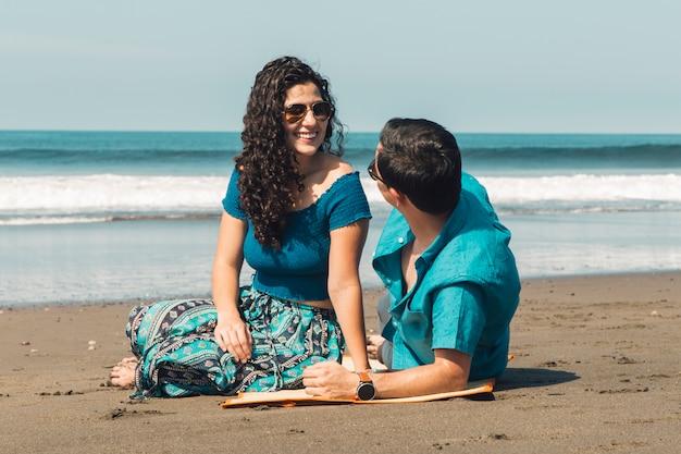 海のビーチでカップルします。