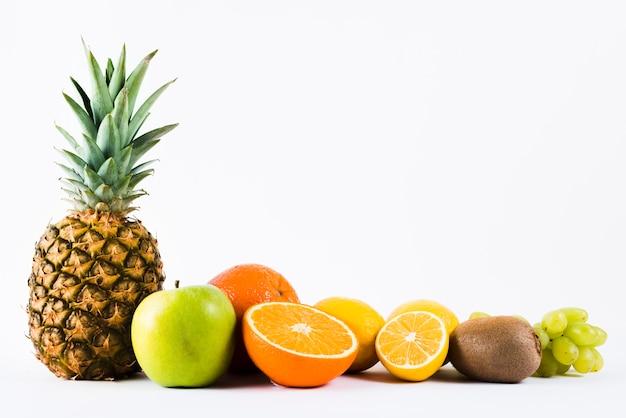 白い背景の上の混合の新鮮なトロピカルフルーツの組成