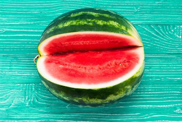 緑色の背景で切り欠きを持つ甘いスイカ