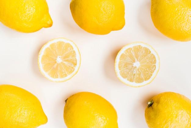 白い背景の上の黄色いレモンの組成