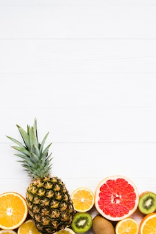 Композиция из нарезанных красочных тропических фруктов