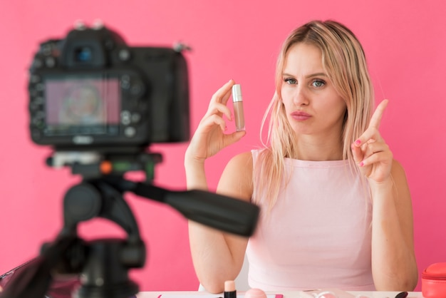 Блондинка с эффектом записи делает макияж видео