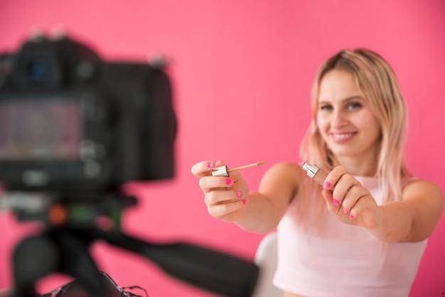 金髪インフルエンサーレコーディングがビデオを構成