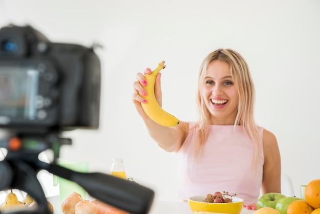 栄養食品を記録する金髪のインフルエンサー