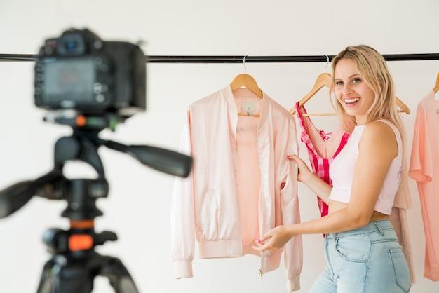 Блондин влиятельный человек записывает видео о моде