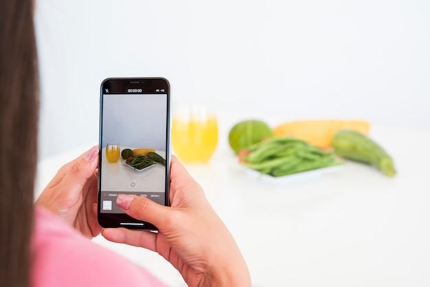 野菜の写真を撮る女の子