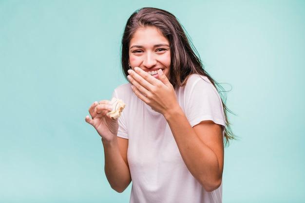 Брюнетка ест печенье