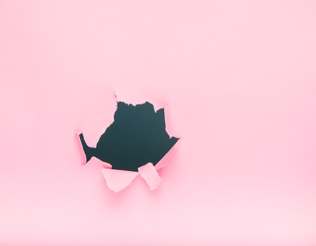 ピンクの紙の上の穴