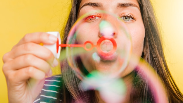 泡を吹いているブルネットのモデル