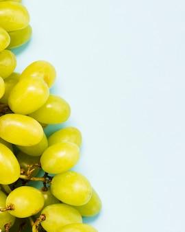 青色の背景に甘いブドウの果実