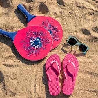 Вид сверху летних пляжных аксессуаров