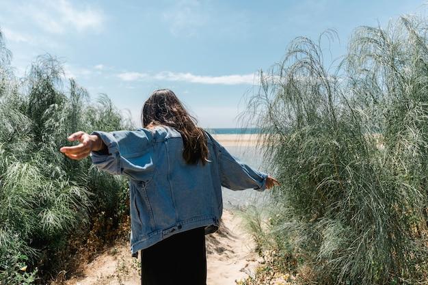手を離れて茂みに立っている女性