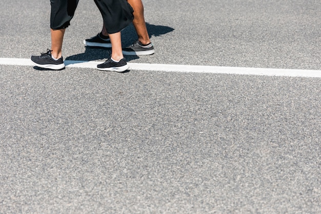 カップルが道を歩いて