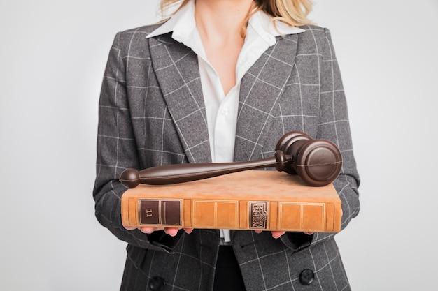 弁護士の女性の肖像画