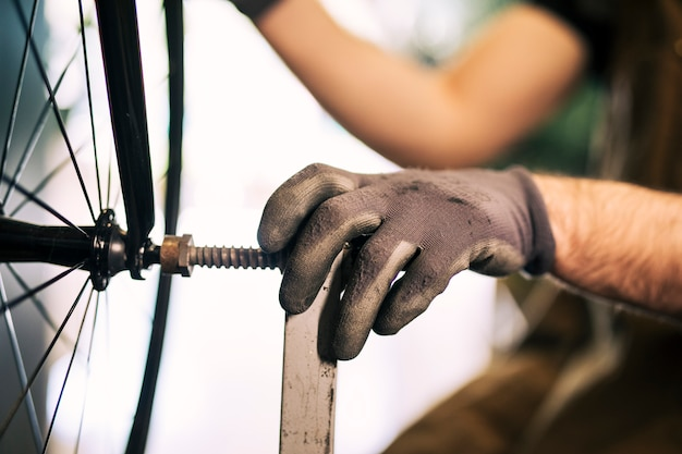 自転車の修理のメカニック