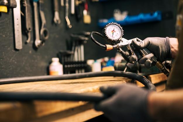 Механик ремонтирует велосипед
