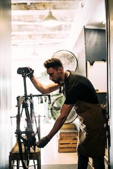 店員さんと一緒に自転車屋さん